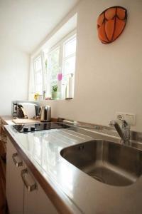 Küchenzeile im Gästehaus  Haus in Bewegung