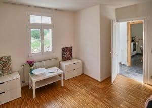 Schlafzimmer und Flur der Fereinwohnung| Haus in Bewegung