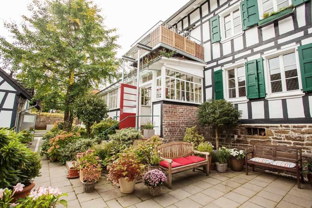 Innenhof der ökologisch und nachhaltig sanierten Hofanlage Haus in Bewegung| Haus in Bewegung