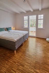 Schlafzimmer mit Doppelbett der Fereinwohnung im Haus in Bewegung| Haus in Bewegung