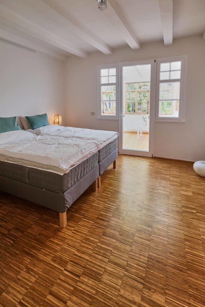Schlafzimmer mit Doppelbett der Fereinwohnung im Haus in Bewegung