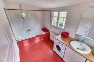 Badezimmer mit Waschmaschiene und Trockner| Haus in Bewegung